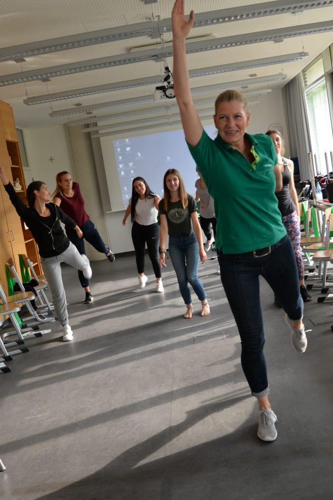Sportlehrerin Dorothea Hilgert zeigt Übungen, die sich einfach durchführen lassen .